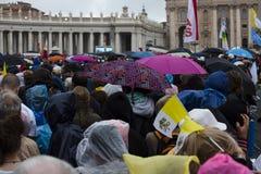 Leute im Quadrat von St Peter Lizenzfreie Stockbilder