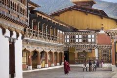 Leute im Rinpung Dzong, Paro, Bhutan Stockbild