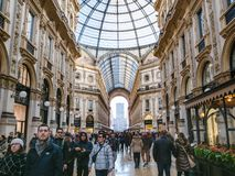Leute im Säulengang von Galleria Vittorio Emanuele II lizenzfreie stockfotografie