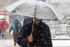 Leute im Schneesturm Lizenzfreie Stockfotografie