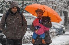 Leute im Schneesturm Lizenzfreies Stockfoto