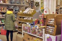 Leute im Speicher, zum von Weihnachtsdekorationen zu kaufen Stockfotografie