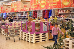 Leute im Speicher, zum von Weihnachtsdekorationen zu kaufen Stockbilder