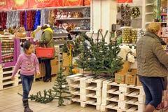 Leute im Speicher, zum von Weihnachtsdekorationen zu kaufen Stockbild