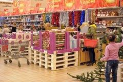 Leute im Speicher, zum von Weihnachtsdekorationen zu kaufen Stockfoto