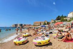 Leute im Strand am adriatisches See- und Dubrovnik-Fort Stockbild