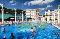 Leute im Swimmingpool an Badekurort Aphrodite - Rajecke Teplice, Slov Stockbilder