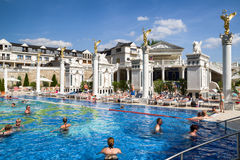 Leute im Swimmingpool an Badekurort Aphrodite - Rajecke Teplice, Slov Stockfotos