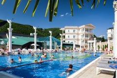 Leute im Swimmingpool an Badekurort Aphrodite - Rajecke Teplice, Slov Lizenzfreies Stockfoto