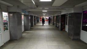 Leute im Untergrund im Wladiwostok stock video