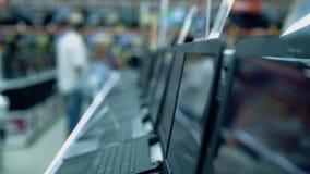 Leute im Unterhaltungselektroniksupermarkt stock video