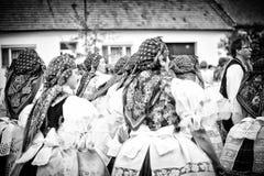 Leute im Volkskostüm auf dem größten Volksfest stockbild