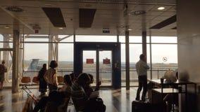 Leute im Wartenraum des Flughafens in Saloniki, Griechenland stock video footage