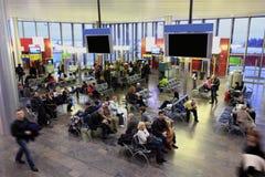 Leute im Warteraum am Flughafen Lizenzfreies Stockfoto