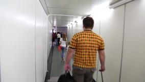 Leute innerhalb der Einstiegrampe im Flughafen stock video footage
