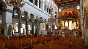 Leute innerhalb der Kirche des Heiligen Demetrios in Saloniki, Griechenland stock video