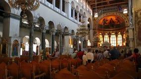 Leute innerhalb der Kirche des Heiligen Demetrios in Saloniki, Griechenland stock video footage