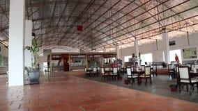 Leute innerhalb des Busbahnhofs in Kambodscha stock video footage