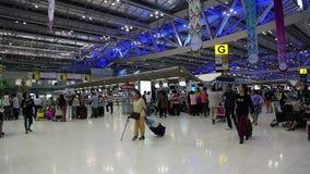 Leute innerhalb des internationalen Flughafens in Bangkok, Thailand stock video footage
