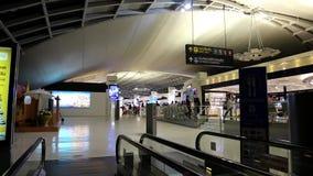 Leute innerhalb des internationalen Flughafens in Bangkok, Thailand stock video