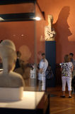 Leute innerhalb des Louvre-Museums Lizenzfreie Stockfotos