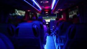 Leute innerhalb des Salons des Kleinbusses stock footage
