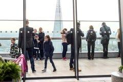 Leute innerhalb 20 Fenchurch der Straße Skygarden Lizenzfreie Stockfotografie