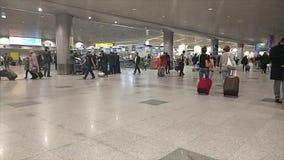 Leute in internationalem Flughafen Domodedovo, Russland, Zeitlupe hd Video stock video
