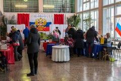 Leute kamen, am Wahllokal des Dorfs im russischen Hinterland zu wählen Lizenzfreie Stockfotografie