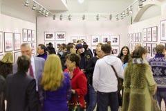 Leute kamen zur Ausstellung Silber-Kamera 2012 Stockbilder