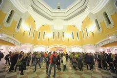 Leute kamen zur Ausstellung Silber-Kamera 2012 Lizenzfreies Stockbild