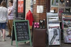 Leute kaufen an altem Spitalfields-Markt in London Ein Markt existierte hier für mindestens 350 Jahre Stockfotografie
