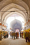Leute kaufen innerhalb Meena Bazaars im roten Fort Lizenzfreie Stockfotos