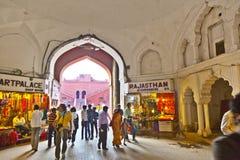 Leute kaufen innerhalb Meena Bazaars im roten Fort Lizenzfreie Stockfotografie