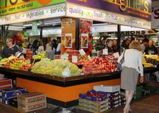 Leute kaufen am zentralen Markt in Adela Lizenzfreies Stockbild