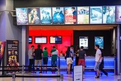 Leute-kaufende Karten am Kino Stockfoto
