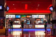 Leute-kaufende Popcorn-und Soda-Getränke Lizenzfreies Stockbild