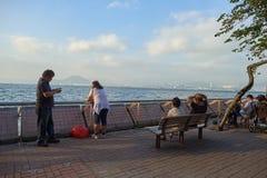 Leute an Kennedy Town-Seeseite lizenzfreie stockfotos