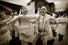Leute in klassischem Weinlese-Halloween-Kostüm Lizenzfreies Stockfoto