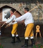 Leute kleideten im tschechischen traditionellen Trachtentanzen und im Gesang an. Stockbilder