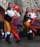 Leute kleideten im tschechischen traditionellen Trachtentanzen und im Gesang an. Stockfotografie