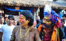 Leute kleideten oben als mythologische Charaktere in Indien an stockfotografie