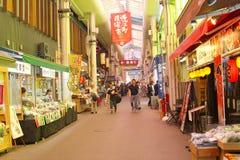 Leute klemmt Einkaufsomicho-Lebensmittelmarkt Innenhalle, Kanazawa, Japan fest Lizenzfreie Stockfotos