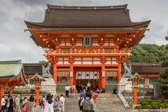 Leute klettern die Treppe zu shintoistischem Schrein Fushimi Inari Taisha Stockfotografie