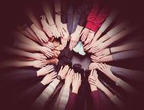 Leute kommen kombinierte Hände zusammen Lizenzfreie Stockfotografie