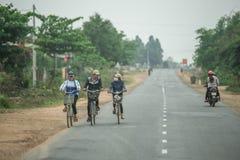Leute kommen nach Hause mit dem Fahrrad in nha trang zurück Stockbild