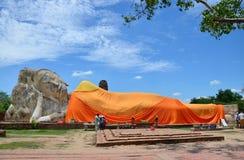 Leute kommen zu Wat Lokayasutharam Temple für Reise und beten stützenden Buddha Stockbilder