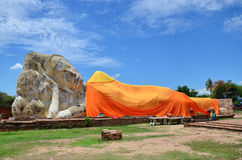 Leute kommen zu Wat Lokayasutharam Temple für Reise und beten stützenden Buddha Stockbild