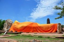 Leute kommen zu Wat Lokayasutharam Temple für Reise und beten stützenden Buddha Stockfoto