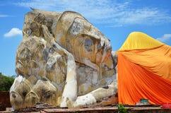Leute kommen zu Wat Lokayasutharam Temple für Reise und beten stützenden Buddha Stockfotografie